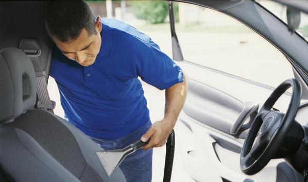 Как самостоятельно почистить салон автомобиля